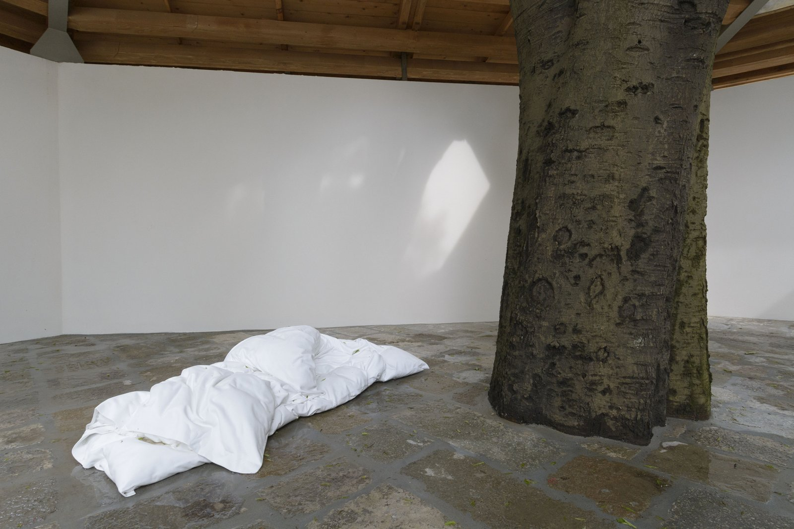 Geoffrey Farmer, Duvet, 2017, cast aluminum, waterworks, 28 x 47 x 79 in. (70 x 120 x 200 cm). Installation view, A way out of the mirror, Canada Pavilion, 57th Venice Biennale, Venice, Italy