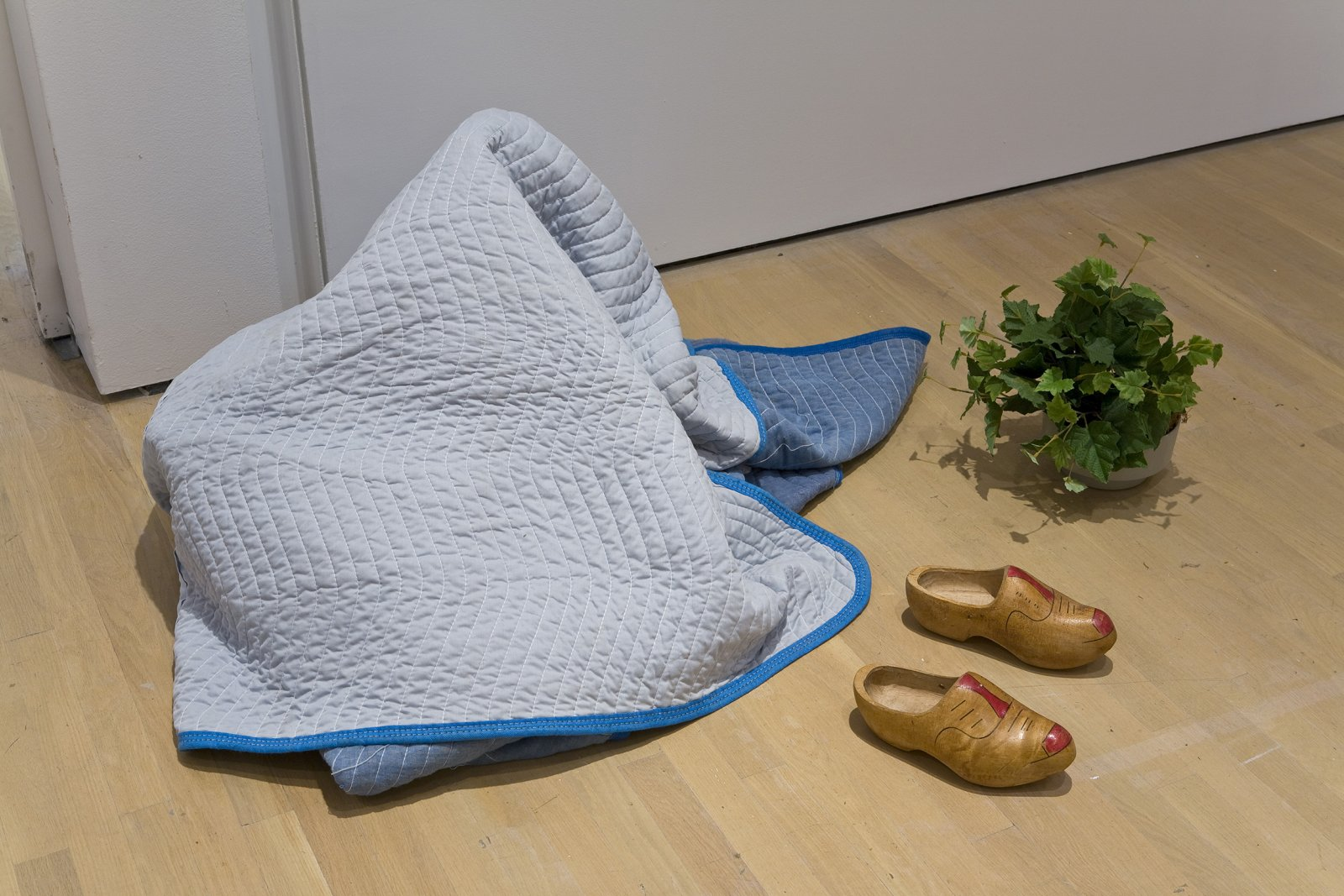 Geoffrey Farmer, I am by nature one and also many, dividing the single me into many, and even opposing them as great and small, light and dark, and in ten thousand other ways, 2006–2008, blue blanket, potted plant, clogs, dimensions variable by Geoffrey Farmer