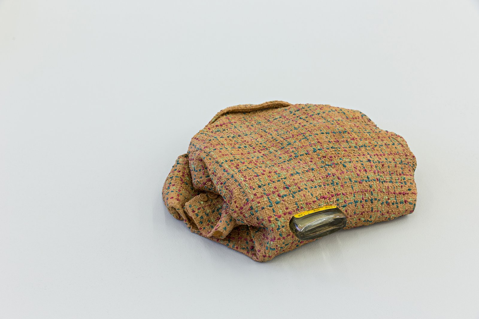 Liz Magor, Tweed (kidney), 2008, polymerized gypsum, found object, 6 x 18 x 17 in. (15 x 46 x 43 cm) by Liz Magor