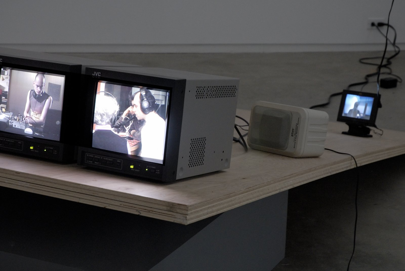Judy Radul, Five Pieces of Relation: Attention to the people in the plaza, Use both hands to respond by ringing, Anxious causality laptop version, Animal Voices on the air, On the verge of appearing live, 2006, mixed media, 32 minutes by Judy Radul